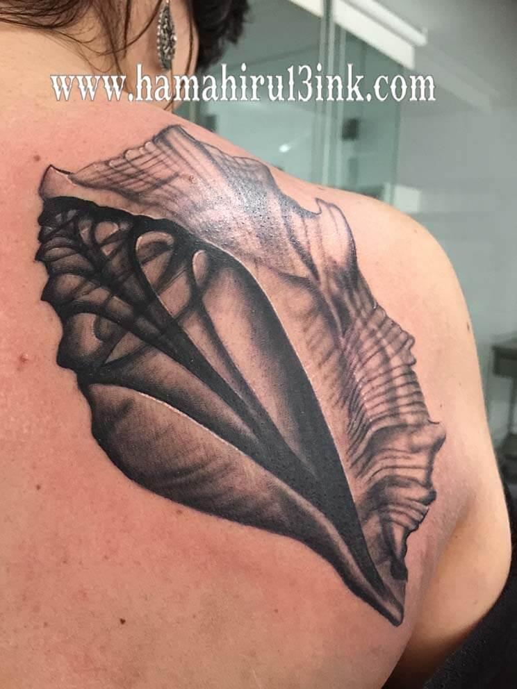 Tatuaje caracola Hamahiru 13 Ink Tattoo & Piercing