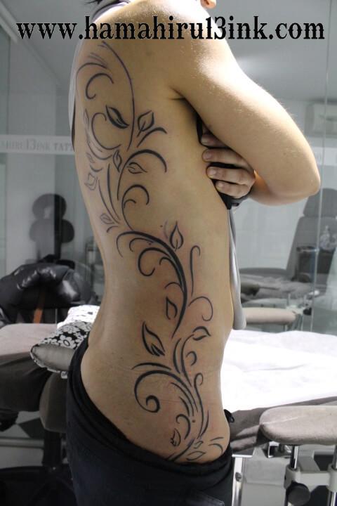 Tatuaje enredadera Hamahiru 13 Ink Tattoo & Piercing
