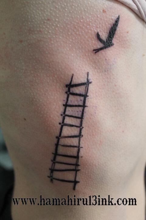 Tatuaje escalera Hamahiru 13 Ink Tattoo & Piercing