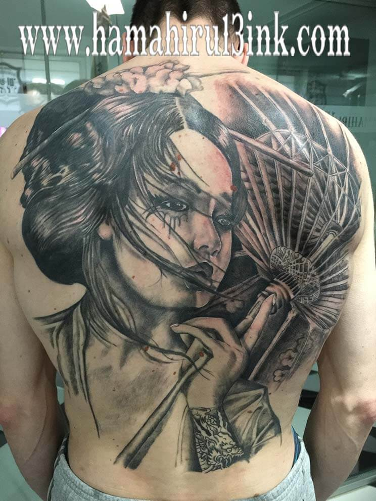 Tatuaje geisha mural espalda Hamahiru 13 Ink Tattoo & Piercing