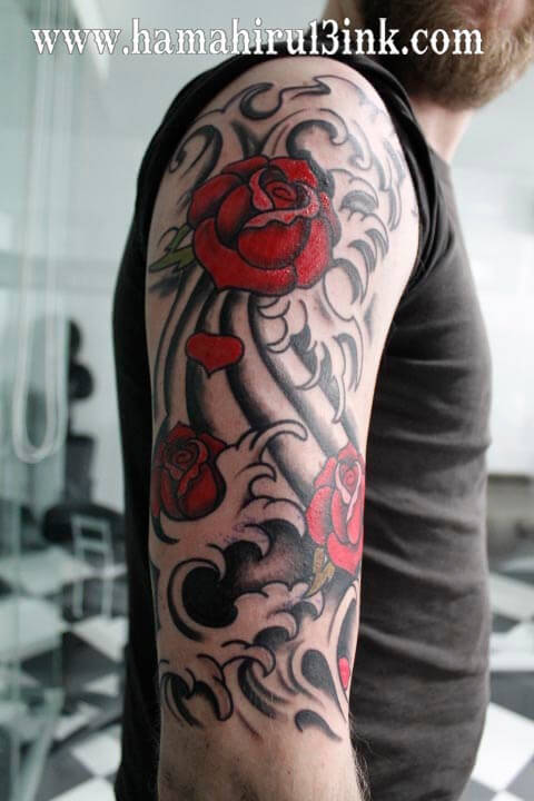 Tatuaje rosas y olas Hamahiru 13 Ink Tattoo & Piercing