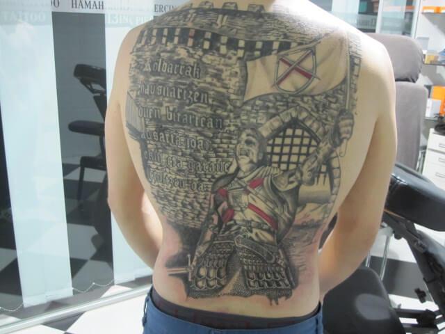 Tatuaje espalda Hamahiru 13 Ink Tattoo & Piercing