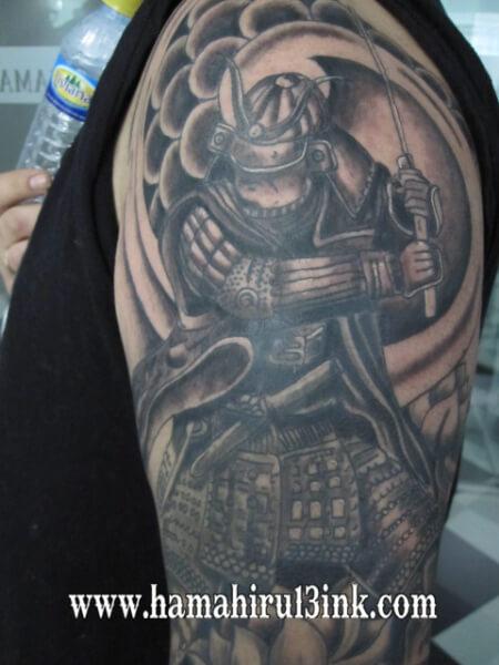 Tatuaje samurai en el brazo Hamahiru 13 Ink Tattoo & Piercing