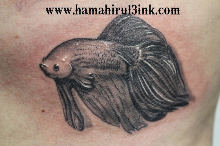 Tatuaje de peces Hamahiru 13 Ink Tattoo & Piercing