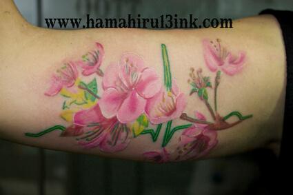 Tatuaje flores en antebrazo Hamahiru 13 Ink Tattoo & Piercing