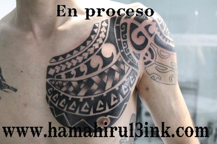 Tatuaje Maori en el pecho Hamahiru 13 Ink Tattoo & Piercing