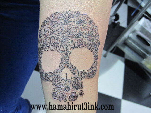 Tatuaje Calavera Brazo Hamahiru 13 Ink Tattoo & Piercing