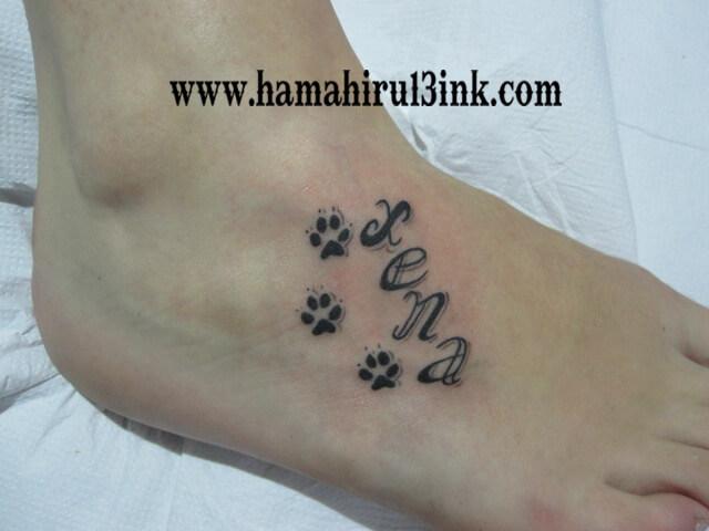 Tatuaje huellas Hamahiru 13 Ink Tattoo & Piercing