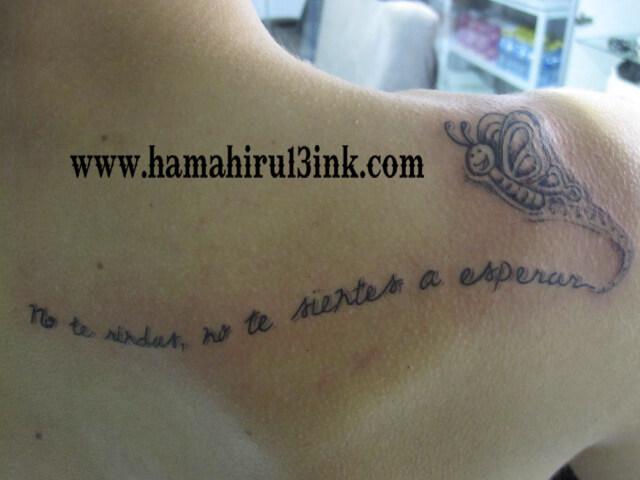 Tatuaje letras espalda Hamahiru 13 Ink Tattoo & Piercing