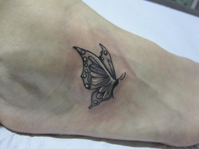 Tatuaje mariposa pie Hamahiru 13 Ink Tattoo & Piercing