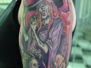 Tatuaje bruja Hamahiru 13 Ink Tattoo & Piercing.
