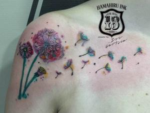 Tatuaje diente de leon Hamahiru 13 Ink Tattoo & Piercing