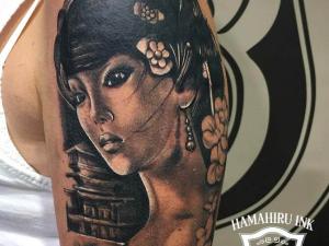 Tatuaje geisha Hamahiru 13 Ink Tattoo & Piercing