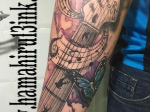 Tatuaje guitarra Hamahiru 13 Ink Tattoo & Piercing