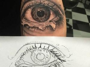 Tatuaje ojo Hamahiru 13 Ink Tattoo & Piercing