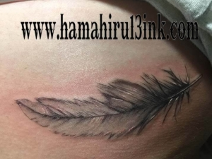 Tatuaje pluma Hamahiru 13 Ink Tattoo & Piercing