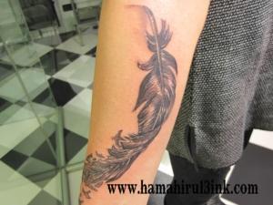 Tatuaje plumas Hamahiru 13 Ink Tattoo & Piercing