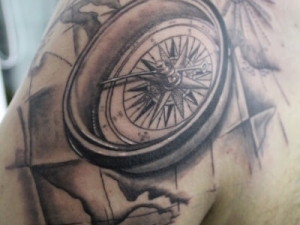 Tatuaje Brújula en el hombro Hamahiru 13 Ink Tattoo & Piercing